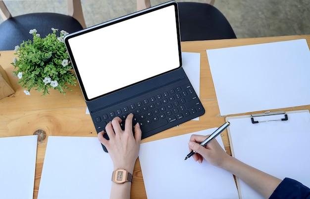 Vue de dessus de femme d'affaires travaillant avec un ordinateur portable au bureau moderne Photo Premium