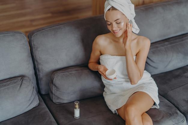 Vue De Dessus D'une Femme En Bonne Santé Heureuse Est Assise Sur Un Canapé Confortable à L'intérieur Photo Premium