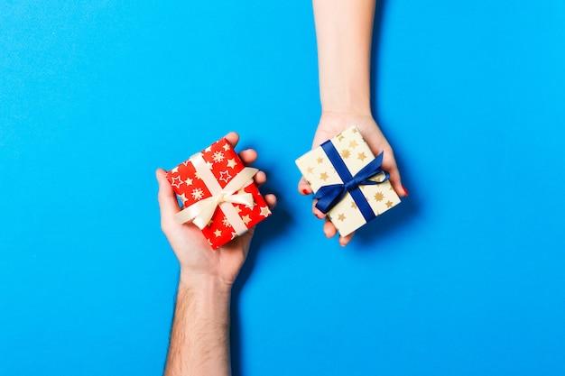 Vue de dessus d'une femme et d'un homme échangeant un cadeau Photo Premium