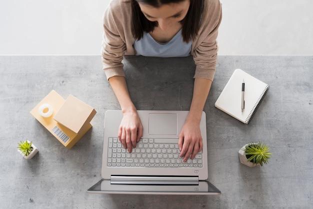 Vue De Dessus De Femme Travaillant Au Bureau Avec Ordinateur Portable Photo gratuit