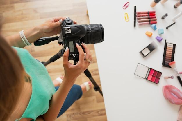 Vue de dessus, femme, vérification, vidéo, sur, caméra Photo gratuit