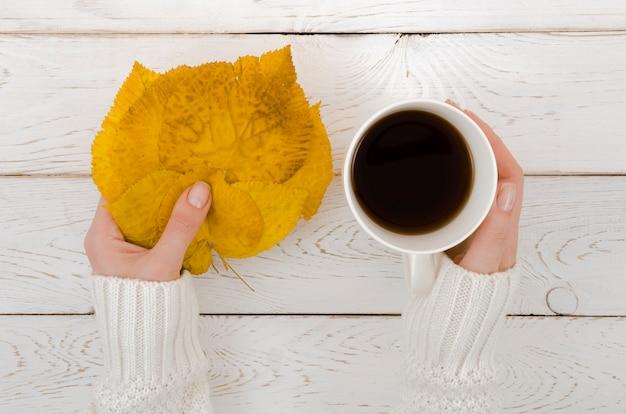 Vue de dessus feuille d'automne avec café Photo gratuit