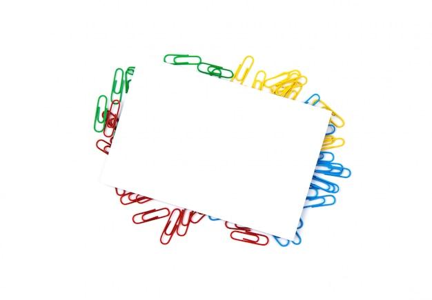 Vue de dessus d'une feuille de papier blanc se trouvant sur des trombones. espace de copie pour le texte Photo Premium