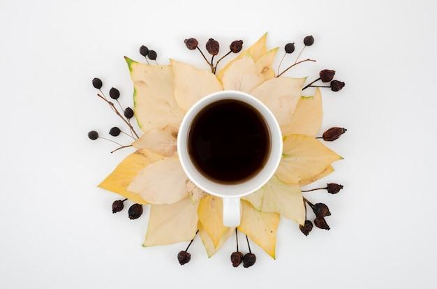 Vue de dessus des feuilles d'automne avec café Photo gratuit