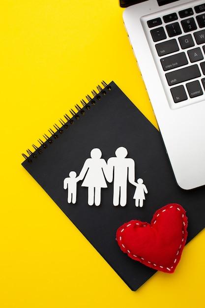 Vue De Dessus Figure De Famille Avec Concept De Coeur Photo gratuit
