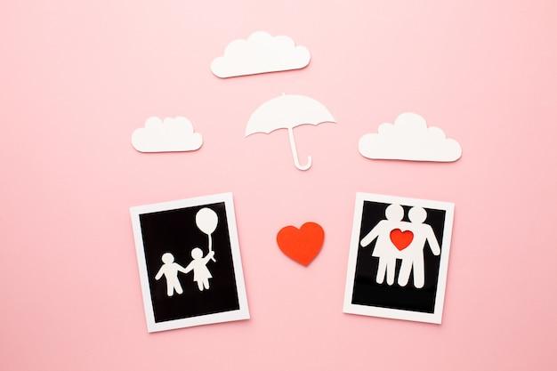 Vue De Dessus Des Figures De La Famille Avec Des Photos Instantanées Photo gratuit