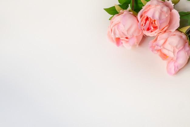 Vue De Dessus Des Fleurs Artificielles De Pivoines Roses Sur Fond Blanc Blanc Photo Premium