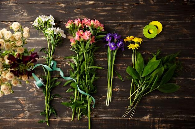Vue De Dessus Des Fleurs, Faisant Le Bouquet Photo gratuit