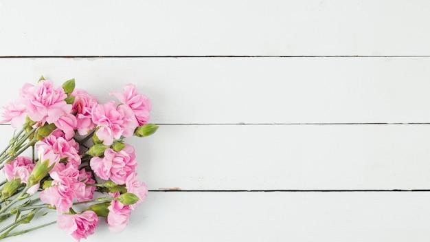 Vue De Dessus Des Fleurs Sur Un Fond En Bois Avec Espace De Copie Photo gratuit