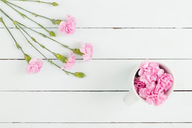 Vue de dessus des fleurs sur fond en bois Photo gratuit