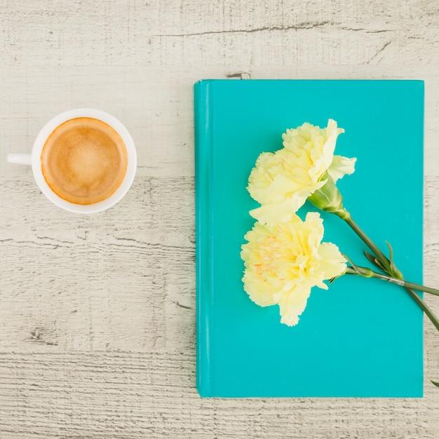 Vue de dessus des fleurs et livre Photo gratuit
