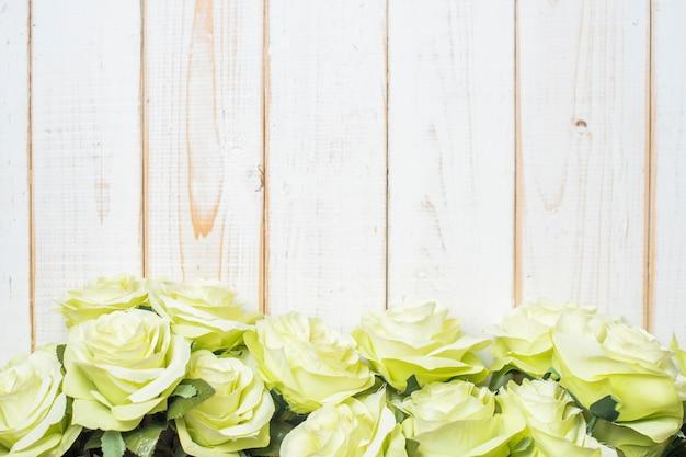 Vue de dessus des fleurs de mariage sur fond de bois blanc Photo Premium