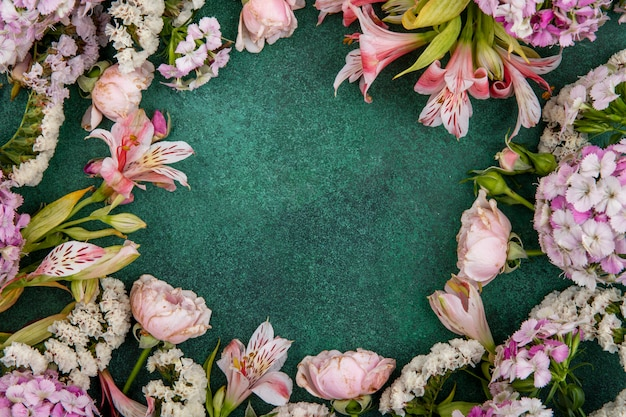Vue De Dessus Des Fleurs Rose Clair Sur Une Surface Verte Photo gratuit