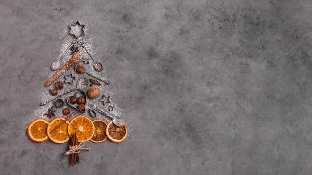 Vue De Dessus De La Forme D'arbre De Noël Faite D'agrumes Séchés Et D'ustensiles De Cuisine Photo gratuit