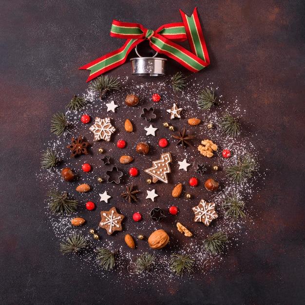 Vue De Dessus De La Forme Du Globe Pour Noël Avec Des Biscuits En Pain D'épice Et Des Fruits Rouges Photo Premium