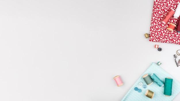 Vue de dessus des fournitures de couture avec espace de copie Photo gratuit