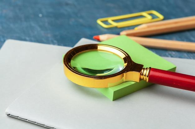 Vue de dessus sur les fournitures scolaires. bureau Photo Premium