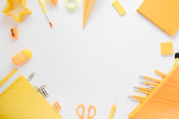 Vue de dessus des fournitures scolaires jaunes Photo gratuit
