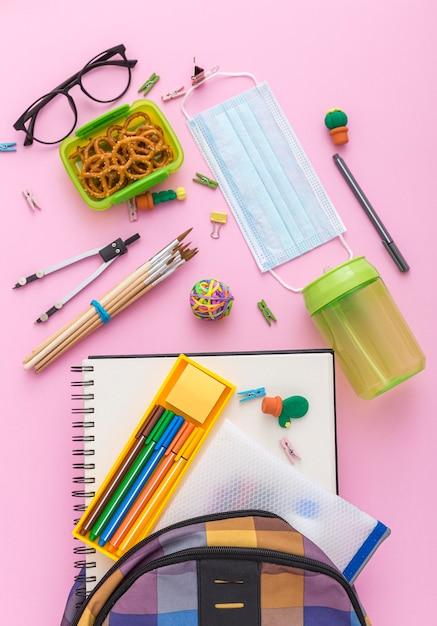 Vue De Dessus Des Fournitures Scolaires Avec Sac De Livres Et Crayons Photo gratuit