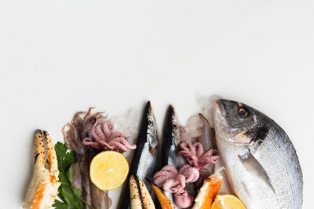 Vue de dessus fruits de mer au citron Photo gratuit