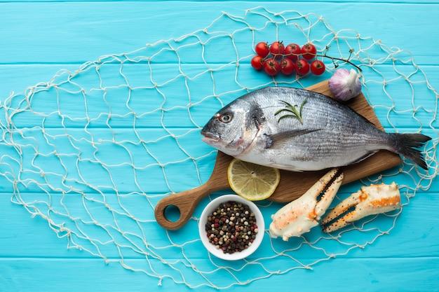 Vue de dessus fruits de mer et condiements Photo gratuit