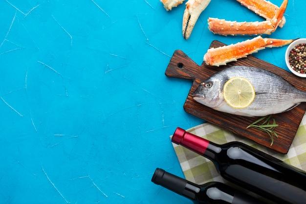 Vue de dessus des fruits de mer avec du vin sur la table Photo gratuit