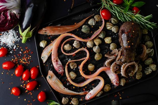 Vue de dessus de fruits de mer avec des légumes pour la cuisine Photo Premium