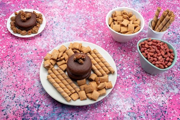 Vue De Dessus Des Gâteaux Au Chocolat Avec Des Noix Et Des Biscuits Sur Le Fond Coloré Gâteau Aux Biscuits Sucre Sucré Photo gratuit