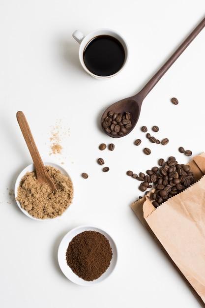 Vue De Dessus Des Grains De Café Et De La Poudre Photo gratuit