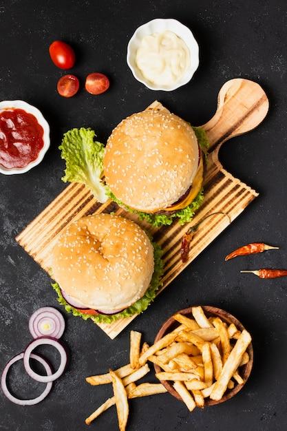 Vue de dessus des hamburgers avec des frites Photo gratuit