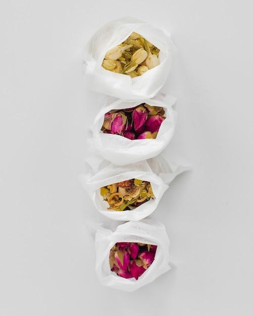 Vue de dessus des herbes aromatiques dans des sacs en plastique Photo gratuit