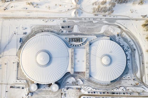 Vue De Dessus En Hiver D'un Complexe Sportif Moderne Avec Parking à Minsk. Biélorussie. Photo Premium