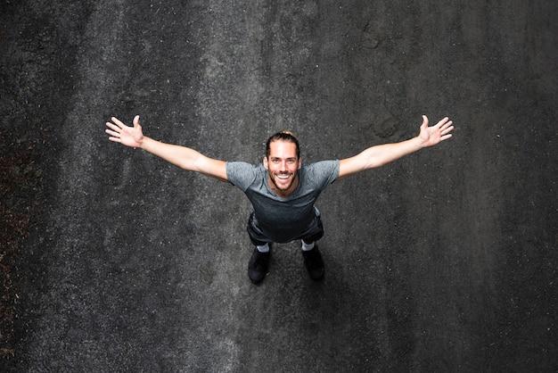 Vue de dessus de l'homme avec les bras grands ouverts Photo gratuit