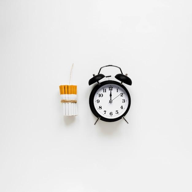 Vue de dessus horloge avec cigarettes Photo gratuit