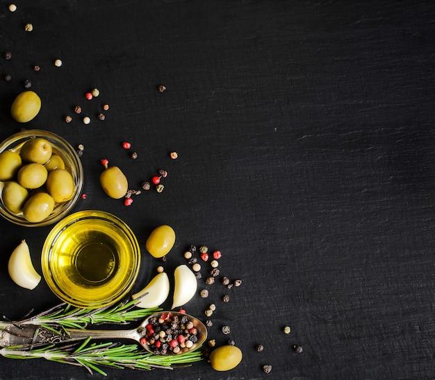 Vue de dessus de l'huile d'olive et des ingrédients pour une salade végétarienne saine Photo Premium