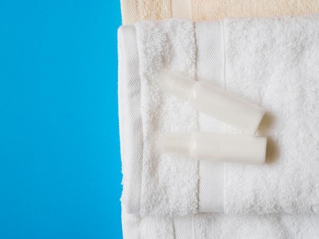 Vue de dessus des huiles sur les serviettes Photo gratuit