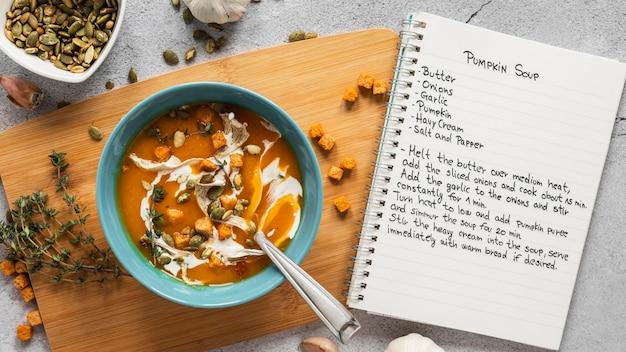 Vue De Dessus Des Ingrédients Alimentaires Avec Bol De Soupe Aux Légumes Et Cahier Photo gratuit