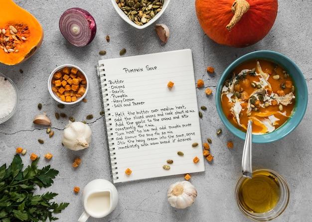 Vue De Dessus Des Ingrédients Alimentaires Avec Des Légumes Et Un Ordinateur Portable Photo gratuit