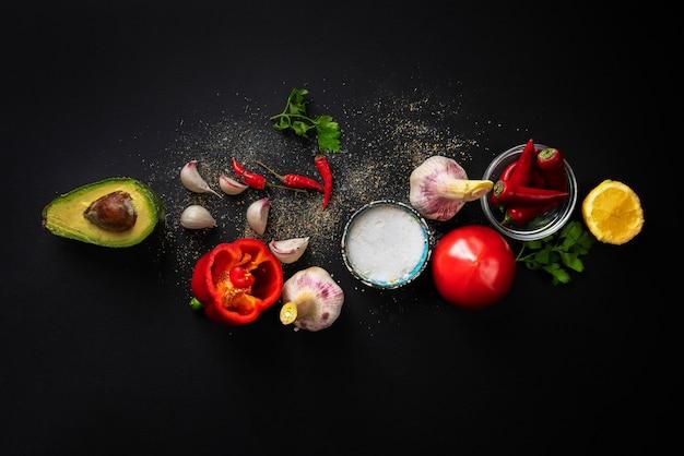 Vue de dessus d'ingrédients frais de guacamole, légumes biologiques naturels sur la table, cuisine maison Photo Premium