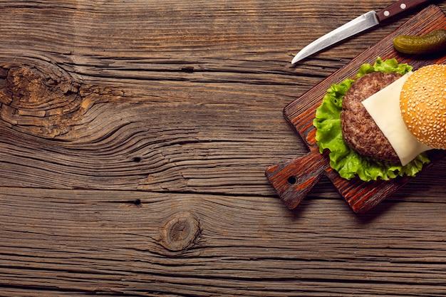 Vue de dessus des ingrédients de hamburger sur une planche à découper Photo gratuit