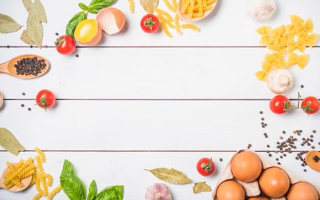 Vue de dessus des ingrédients pour faire des pâtes avec un espace libre pour le texte Photo gratuit