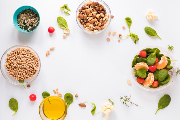 Vue de dessus des ingrédients sains dans des bols sur fond blanc avec un espace vide pour le texte Photo gratuit