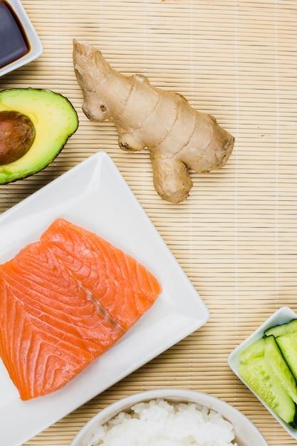 Vue de dessus des ingrédients de sushi Photo gratuit