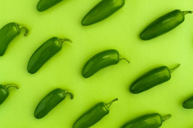 Vue de dessus jalapenos avec fond vert Photo gratuit