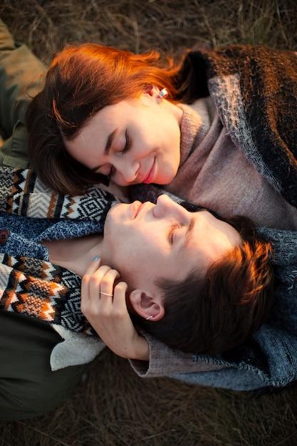 Vue de dessus jeune couple amoureux Photo gratuit