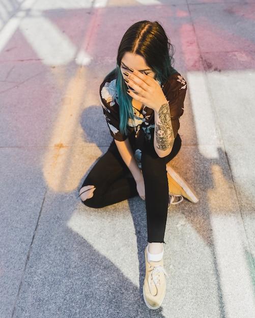 Une vue de dessus de la jeune femme avec un tatouage sur sa main Photo gratuit