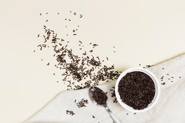 Vue de dessus jimmies au chocolat dans un bol Photo gratuit