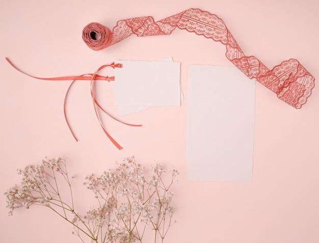 Vue de dessus joli arrangement pour les invitations de mariage sur fond rose Photo gratuit