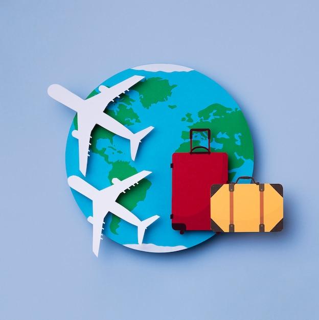 Vue De Dessus Journée Mondiale Du Tourisme Avec Bagages Photo gratuit