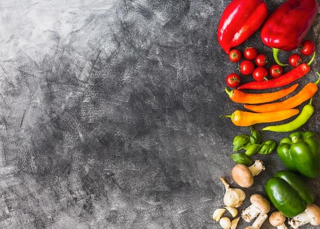 Une vue de dessus de légumes colorés sur fond grunge Photo gratuit